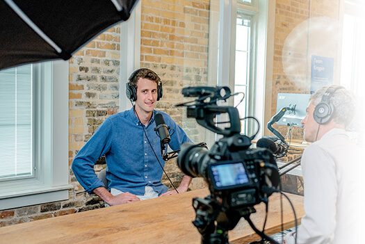 video-marketing-man-spreekt-voor-camera.